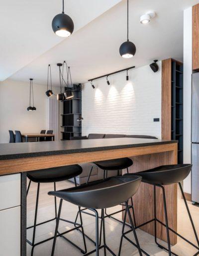 3-17-Format-Design-projekt-apartamentu-kuchnia-widok-na-salon-projekt-oświetlenia-szynoprzewód-lampy