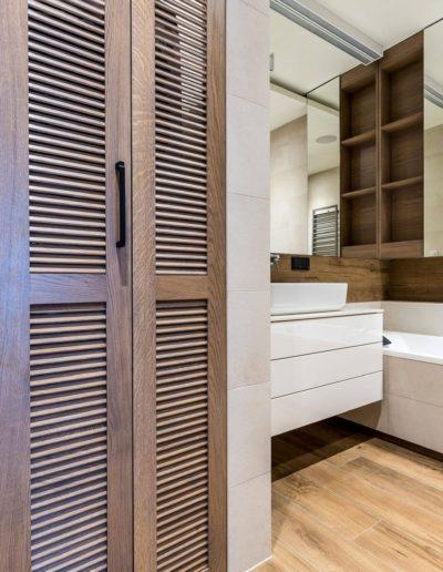 3-18-Format-Design-projekt-apartamentu-łazienka-wanna-zabudowa-wanny-drzwi-ażurowe
