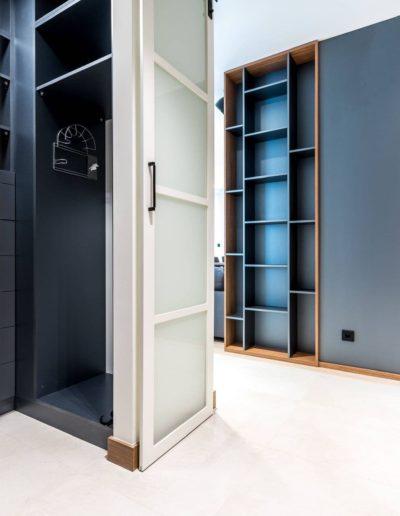 3-2-Format-Design-projekt-apartamentu-hall-garderoba-drzwi-przesuwne-zabudowa-regału