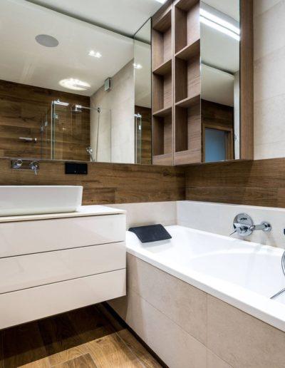 3-21-Format-Design-projekt-apartamentu-łazienka-umywalka-nablatowa-szafka-podumywalkowa-lustro