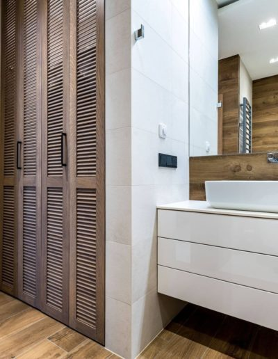 3-23-Format-Design-projekt-apartamentu-łazienka-szafka-umywalkowa-skrytka-pralnia-lustro-płytki-podłogowe