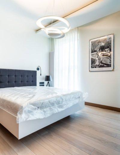 3-26-Format-Design-projekt-apartamentu-sypialnia-zagłówek-pikowany-łóżko-na-wymiar-lampa-wisząca