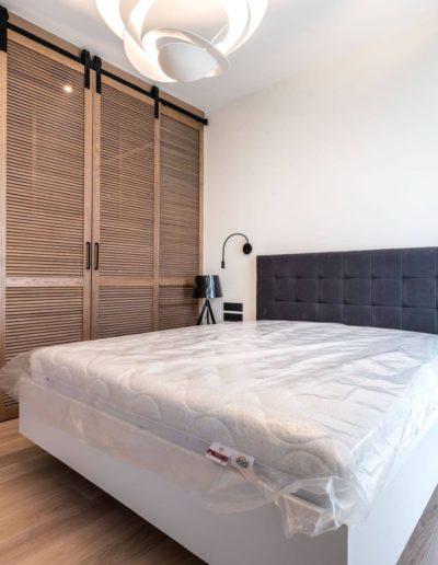 3-27-Format-Design-projekt-apartamentu-sypialnia-drzwi-przesuwne-ażurowe-lampa-wisząca-lampki-nocne-dąb-bielony