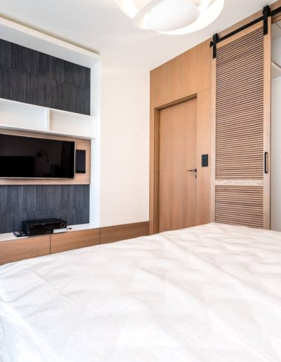 3-29-Format-Design-projekt-apartamentu-sypialnia-toaletka-na-wymiar-garderoba