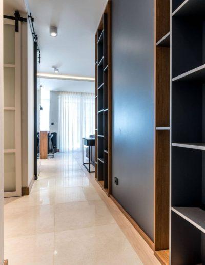 3-3-Format-Design-projekt-apartamentu-w-Poznaniu-widok-na-korytarz-zabudowa-regał