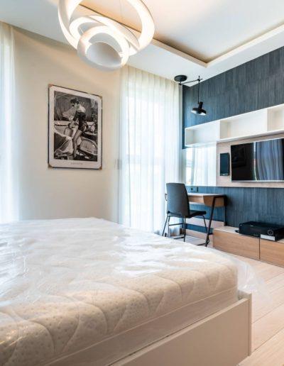 3-30-Format-Design-projekt-apartamentu-sypialnia-toaletka-projekt-stropu-dekoracje-okienne