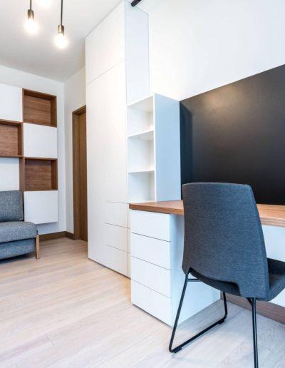 3-34-Format-Design-projekt-apartamentu-pokój-gościnny-projekt-zabudowy-meblowej-biurko-lampa-wisząca