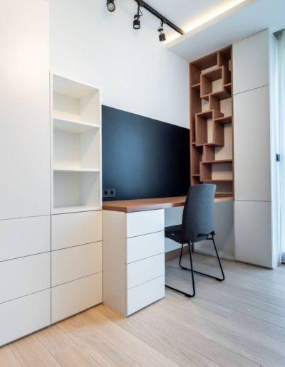 3-35-Format-Design-projekt-apartamentu-pokój-gościnny-regał-na-wymiar-biurko-tablica-magnetyczna-deska-podłogowa-dąb-bielony