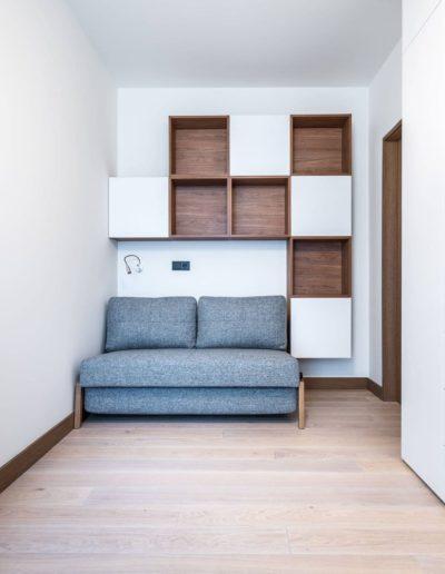 3-36-Format-Design-projekt-apartamentu-pokój-gościnny-regał-na-wymiar-biurko