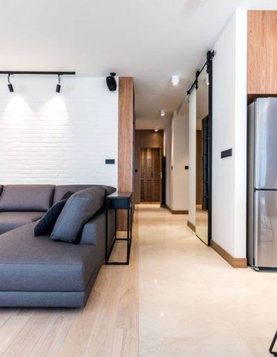 3-7-Format-Design-projekt-apartamentu-w-Poznaniu-salon-sofa-projekt-oświetlenia