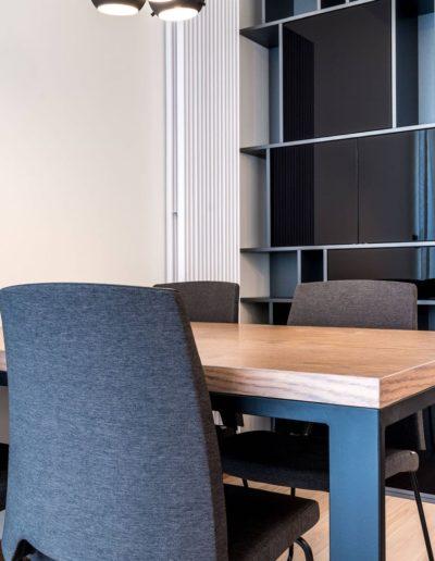 3-9-Format-Design-projekt-apartamentu-w-Poznaniu-salon-regał-stół