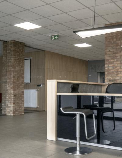 4-2-Format-Design-biuro-recepcja-hoker-lampa-wisząca-sala-konferencyjna-zabudowa-drzwi
