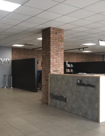 4-3-Format-Design-biuro-recepcja-boksy-handlowe-lampy-biurowe