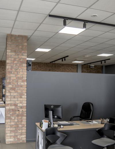 4-5-Format-Design-biuro-płytki-z-cegły-grafika-zegar-biurka