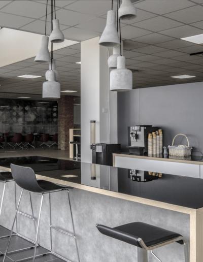 4-6-Format-Design-biuro-handlowe-kuchnia-wyspa-kuchenna-krzesła-kuchenne-lampy-betonowe