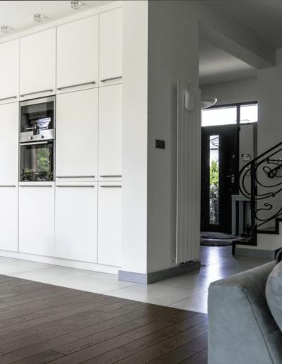 5-1-Format-Design-dom-rodzinny-kuchnia-balustrada-kuta-zabudowa-szafy-kuchennej-grzejnik