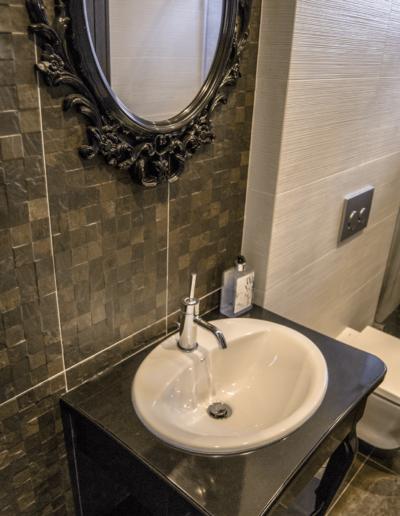 5-12-Format-Design-projekt-domu-rodzinnego-łazienka-toaleta-wisząca-umywalka-nablatowa-lustro-bateria-umywalkowa