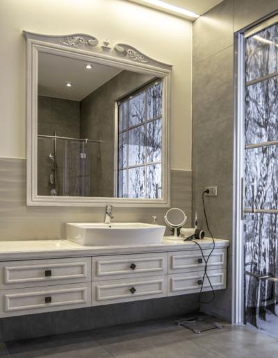 5-14-Format-Design-projekt-domu-rodzinnego-łazienkaszafka-wisząca-umywalka-nablatowa-lustro-w-ramie-stylizowanej