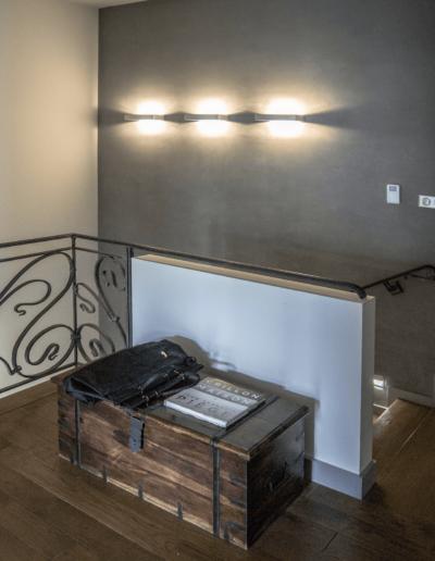 5-15-Format-Design-projekt-domu-rodzinnego-klatka-schodowa-tynk-ozdobny-Dariusz-Bujak-kinkiety-ścienne