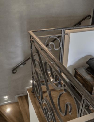 5-16-Format-Design-projekt-domu-rodzinnego-balustrada-kuta-tynk-ozdobny-oświetlenie-schodowe