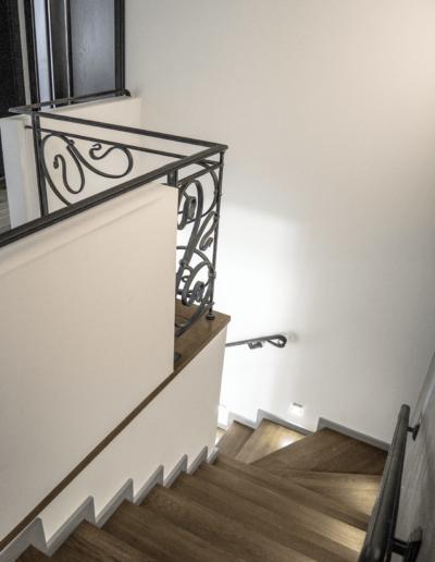 5-17-Format-Design-projekt-domu-rodzinnego-schody-drewniane-projekt-balustrady-punkty-oświetlenia