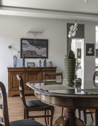 5-2-Format-Design-dom-rodzinny-stół-stylizowany-zabudowa-szafy-kuchennej-podłoga-drewniana-dąb-olejowany