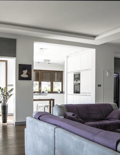 5-3-Format-Design-dom-rodzinny-salon-wypoczynek-architektura-stropu-projekt-oświetlenia-lampa-wisząca