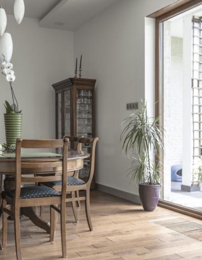 5-6-Format-Design-dom-rodzinny-salon-obraz-Agnieszka-Frąckowiak-lampa-wisząca-podłoga-dębowa