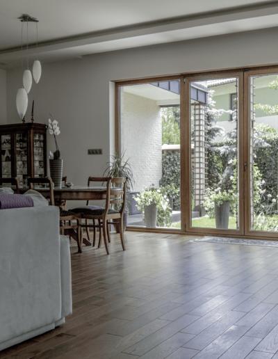5-7-Format-Design-dom-rodzinny-salon-podłoga-olejowosk-lampa-wisząca-wypoczynek-sofa