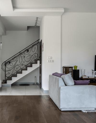 5-8-Format-Design-dom-rodzinny-salon-regał-pod-telewizor-lampy-wiszące-projekt-balustrady