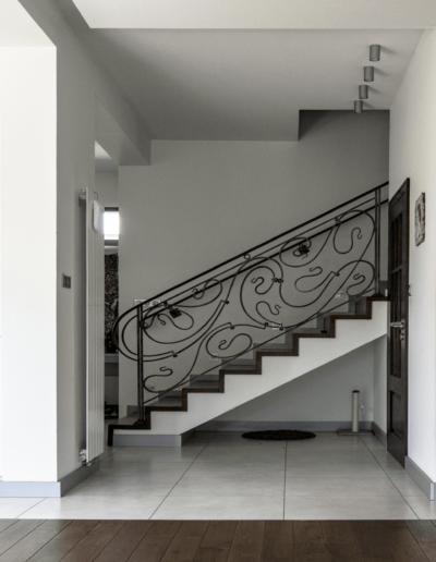 5-9-Format-Design-dom-rodzinny-balustrada-kuta-zabudowa-szafy-kuchennej-grzejnik-płytki-podłogowe-projekt-sufitu
