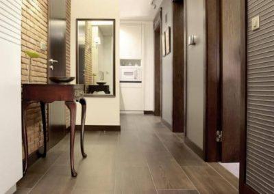 6-1-Format-Design-projekt-mieszkania-korytarz-tapeta-płytki-drewnopodobne-lustro-konsolka