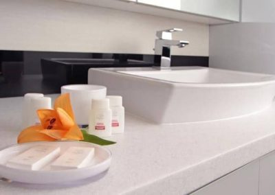 6-13-Format-Design-projekt-mieszkania-łazienka-umywalka-blatowa-bateria-umywalkowa