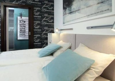 6-17-Format-Design-projekt-mieszkania-sypialnia-tapeta-drzwi-szklane