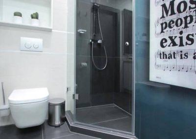 6-19-Format-Design-projekt-mieszkania-łazienka-toaleta-wisząca-kabina-prysznicowa-bateria-prysznicowa-płytki-łazienkowe-brodzik