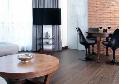 6-4-Format-Design-projekt-mieszkania-salon-ława-okrągła-fotele-stół-płytki-podłogowe