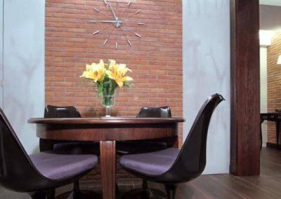 6-5-Format-Design-projekt-mieszkania-salon-stół-zegar-ścienny-płytka-z-cegły