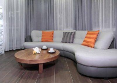 6-7-Format-Design-projekt-mieszkania-salon-projekt-dekoracji-okiennych-lampa-podłogowa-sofa