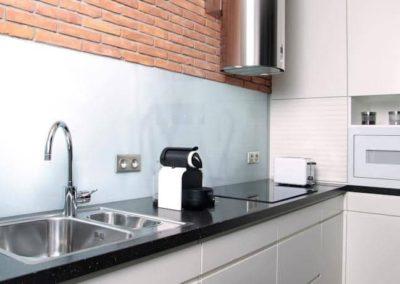 6-9-Format-Design-projekt-mieszkania-kuchnia-blat-kuchenny-okap-zabudowa-szafek-kuchennych-lampki