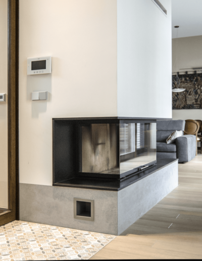 7-1-Format-Design-projekt-domu-jednorodzinnego-korytarz-kominek-lampa-wisząca-podłoga-drewniana-dąb-olejowany