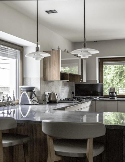 7-11-Format-Design-projekt-domu-jednorodzinnego-kuchnia-lampy-wiszące-hoker-blat-kamienny-lampki-wpuszczane