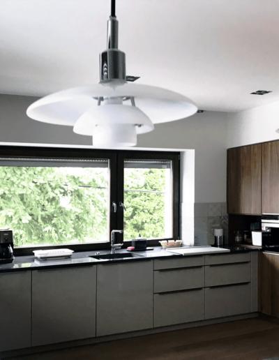 7-12-Format-Design-projekt-domu-jednorodzinnego-kuchnia-lampy-wiszące-zabudowa-szafki-kuchenne-zlewozmywak-podwieszany-bateria-kuchenna
