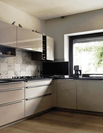 7-13-Format-Design-projekt-domu-jednorodzinnego-kuchnia-płytki-w-kuchni-płytki-imitujące-drewno-szafki-kuchenne