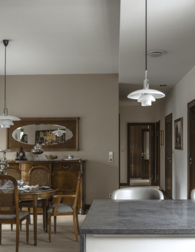7-16-Format-Design-projekt-domu-jednorodzinnego-jadalnia-stół-w-jadalni-krzesła-kredens-lustro-w-ramie-stylizowanej