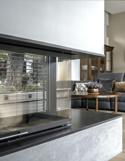 7-2-Format-Design-projekt-domu-jednorodzinnego-salon-kominek-lampa-wisząca-podłoga-drewniana-wypoczynek