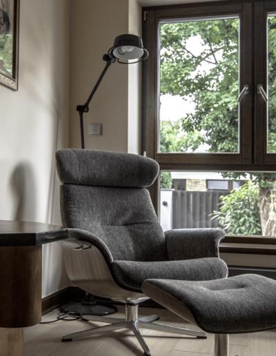 7-21-Format-Design-projekt-domu-jednorodzinnego-pokój-relaksu-fotel-podnóżek-lampa-stojąca