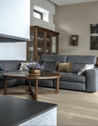 7-3-Format-Design-projekt-domu-jednorodzinnego-salon-projekt-kominka-lampa-wisząca-wypoczynek-ława-okrągła