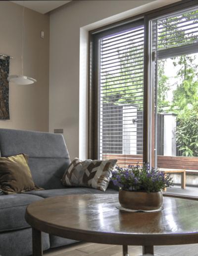 7-5-Format-Design-projekt-domu-jednorodzinnego-salon-ława-okrągła-wypoczynek-podłoga-dębowa