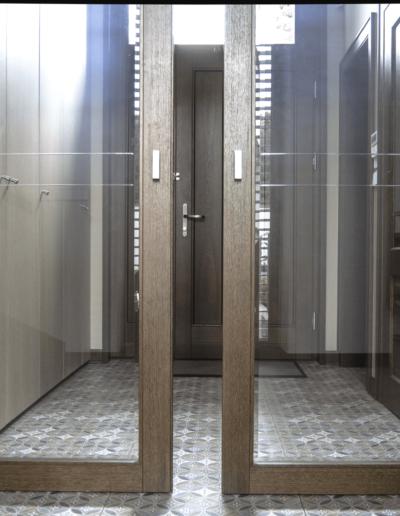 7-7-Format-Design-projekt-domu-jednorodzinnego-korytarz-drzwi-chowane-drzwi-przejrzyste-drzwi-suwane-płytki-podłogowe