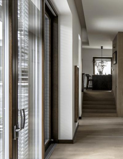 7-8-Format-Design-projekt-domu-jednorodzinnego-korytarz-podłoga-dębowa-projekt-kominka-zabudowa-kominka